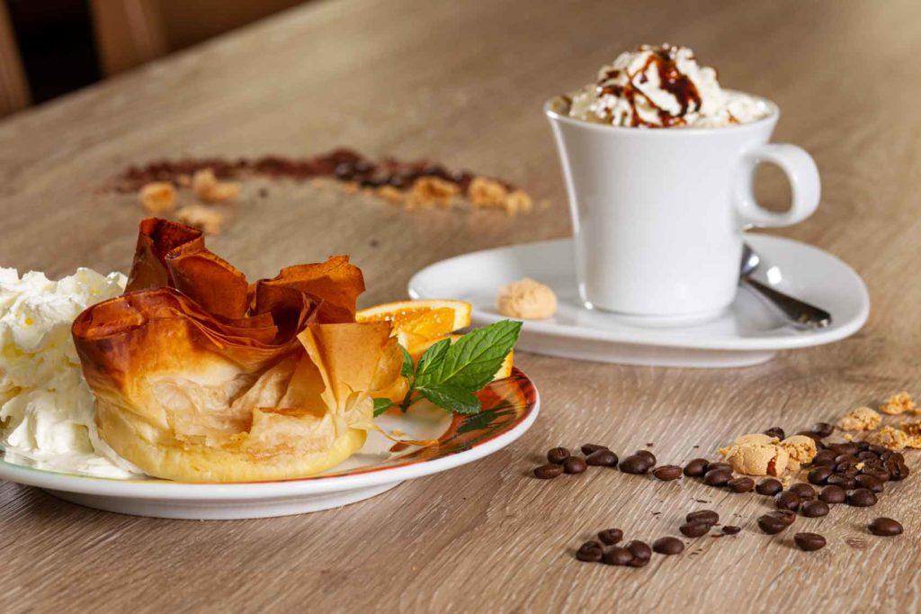 Dessert mit Cappuccino im La Piazza Verden