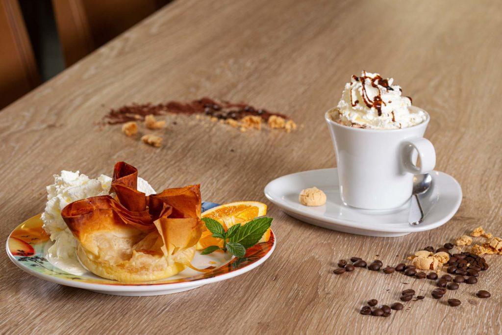Italenisches Dessert mit Cappuccino